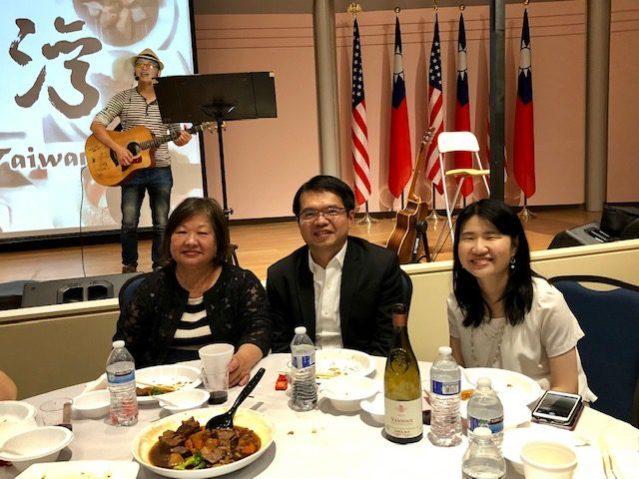 台灣美食文化交流協會會長陳美麗 (左)華僑文教服務中心主任王偉讚 (中)、副主任賴貞利 (右) 合影
