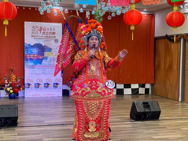 照片三:成人組冠軍劉文強演唱《精忠報國》