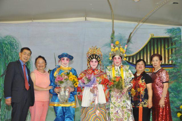照片八:演出人員合影:社長黃婉玲(右1)