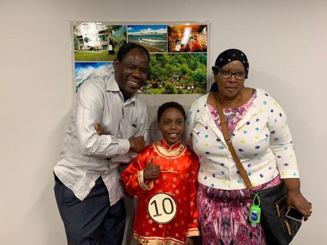照片六:兒童組冠軍非裔兒童朱雲龍與父母合影