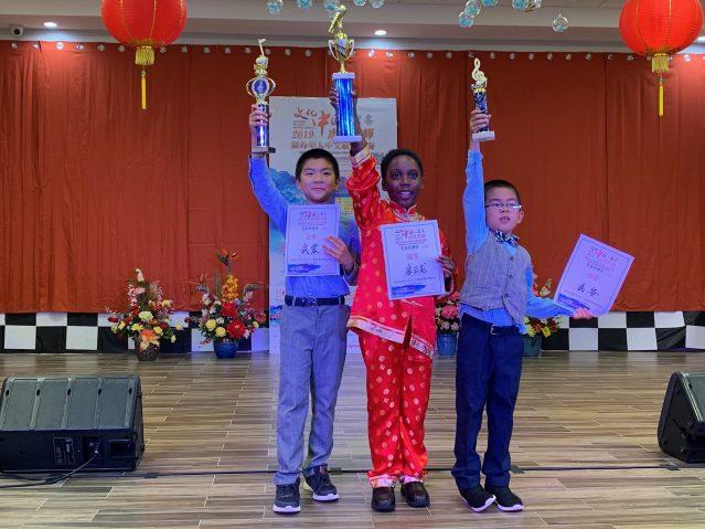 照片十一:兒童組得奖者合影:冠軍朱雲龍(中)、亞軍武震(左)和季軍武安(右)