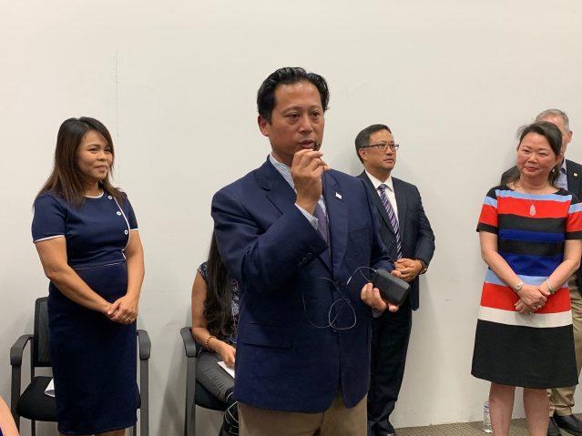 照片八:華人互助會行政主任Dennis Mondero致辭