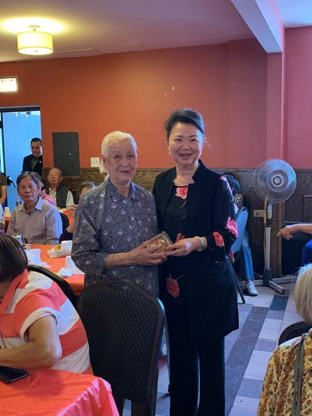 照片七:黃於紋主席贈送月餅給百歲老人並合影