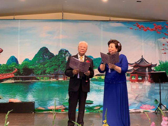 照片九:伍健生、李紅演唱《樓台會》