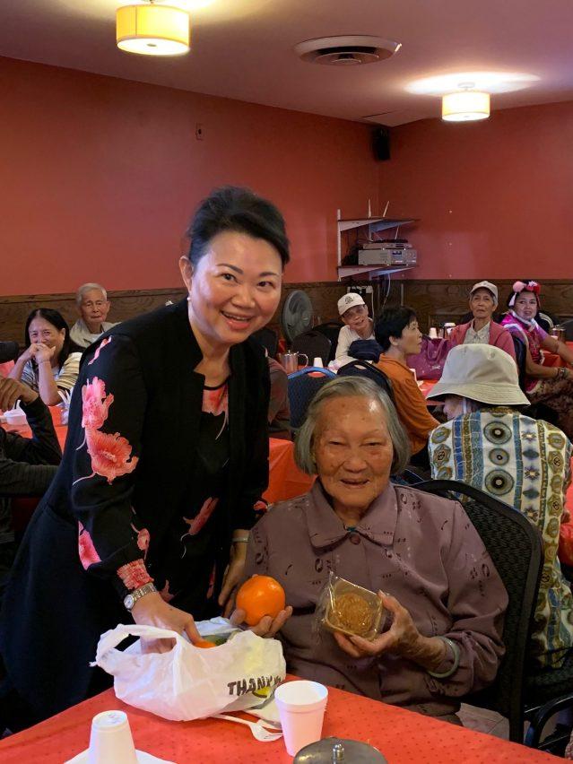 照片六 黃於紋主席贈送月餅給耆老 氣氛溫馨