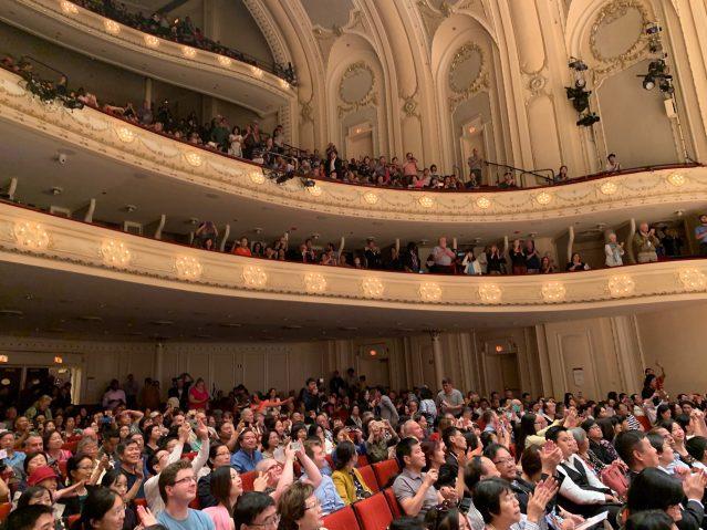 照片十八:全場觀眾起立鼓掌及拍照留念