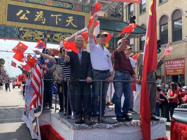 照片十四:兩會花車,高舉中美兩國旗幟 高呼祖國萬歲 中美友誼長存