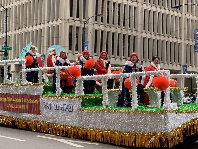 2.芝加哥人民藝術團花車,成員們身穿傳統服飾展示中國文化