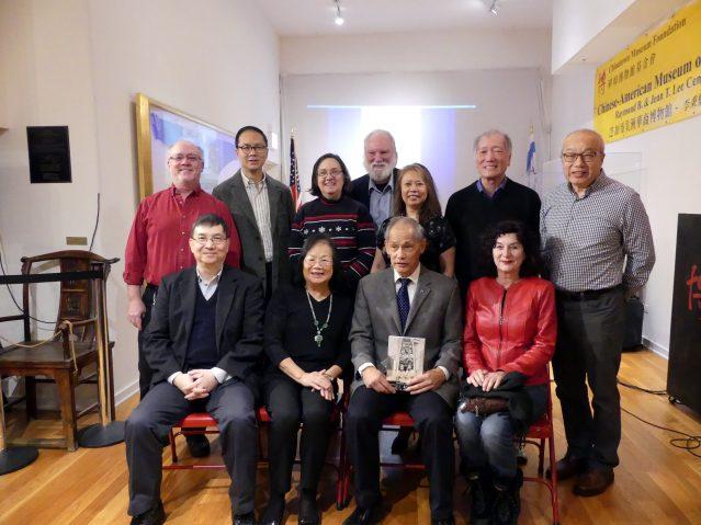 3.出席活動嘉賓合影:前排(左起):館長劉振斌、基金會會長梅素蘭、書本作者盧維訴