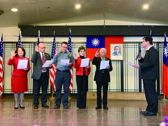13.在黃鈞耀處長堅誓下,伍健生主席及新職員正式宣誓就職