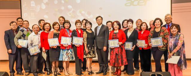 會長徐曙明頒贈台聯會2019年「傑出服務獎」給勞苦功高的理事和顧問,感謝他們對台聯會的無私奉獻