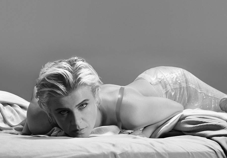"""Robyn plays the <span style=""""color: green; """">Green Stage</span> on Sunday at 8:30PM."""