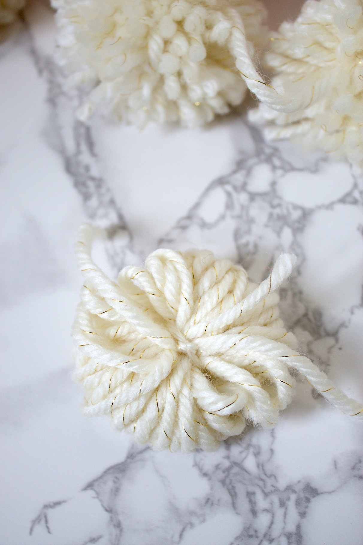 Pom Pom tutorial with yarn