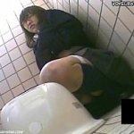 委員長みたいなメガネ女子校生が公衆トイレでひとりエッチしてる姿を隠し撮り