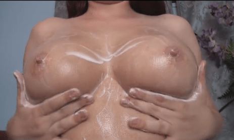 外国人女性がスゲーエロい乳にクリーム塗ってセルフ乳揉みするのをアップで眺めるだけのやつ