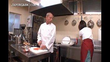 厨房で皿洗い中のバイト娘を背後から着衣揉みセクハラする三流コック