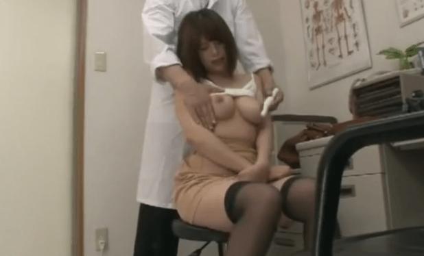 くうぅぅっ!検査に来た女子大生のおっぱいがエロぅぃぃっ!こりゃ医者の特権をフル活用して・・・