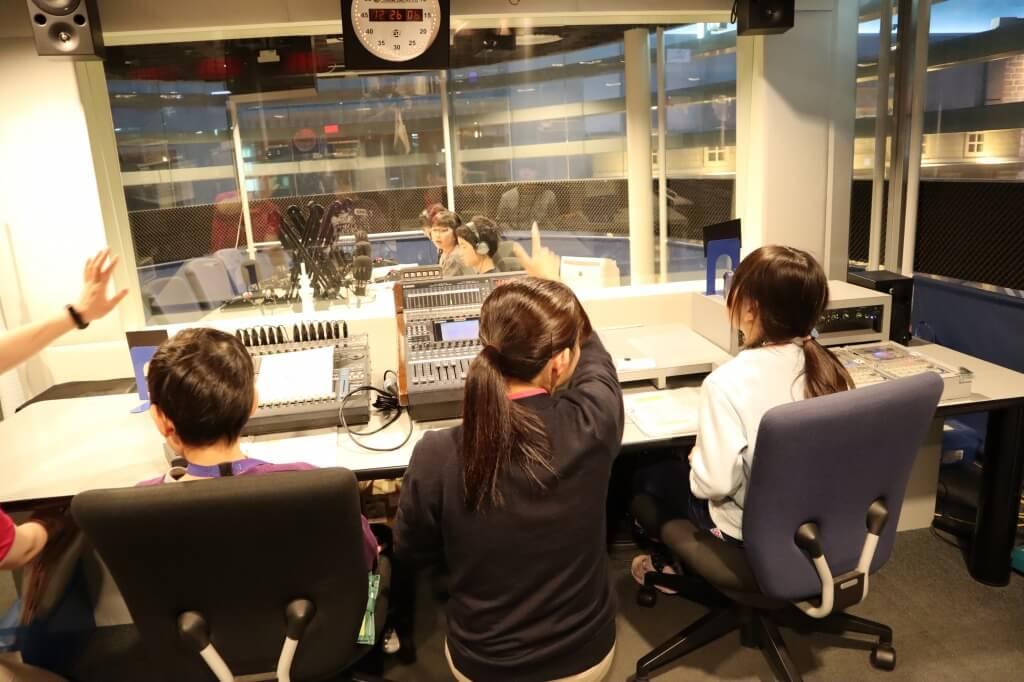 ラジオ局のブースで仕事をする娘2