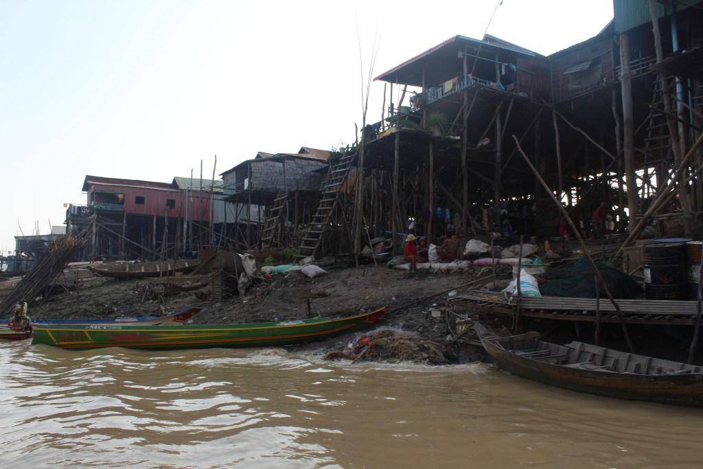 Pueblo flotante en estacion seca - LAGO TONLE SAP CAMBODIA