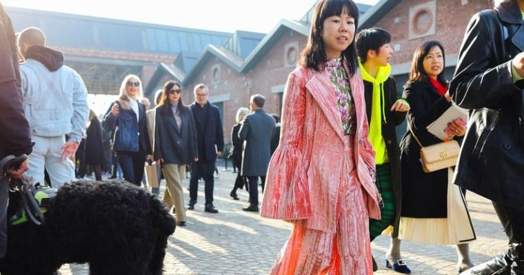 Cómo llevar el 'living coral', según el 'street style' de Milán