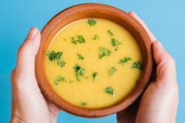 Sopa de mandioca com couve e carne