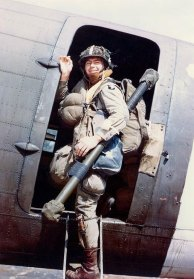 101ª Airborne Division EUA - pára-quedista Louis E. Laird embarcou em um transporte C-47 durante a travessia para a invasão da Normandia, primavera de 1944