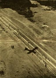 Avião lança sua sombra na estrada. A visão do Comandante para supervisionar a avanço da tropa