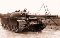 Tanque T-55 equipado com um sistema integrado de escudo anti-projétil de carga (posição para viagem)