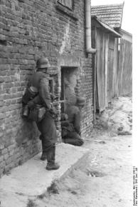 Russland-Süd, Soldaten neben Hauswand