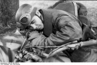 Soldat (Fallschirmjäger), schlafend auf Krad