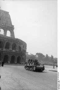 Rom, Kolosseum, Fallschirmjäger auf Panzer