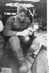 Balkan, Soldat in gepanzertem Fahrzeug, essend