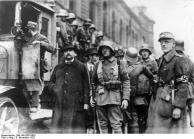 Soldaten bei der Verhaftung von Stadträten