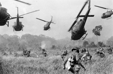 Helicópteros americanos atiram contra árvores para proteger uma linha avançada de tropas sul-vietnamitas. Março de 1965 (AP Photo/Horst Faas)