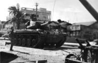 Um tanque M41, do Exército sul-vietnamita avança contra posições inimigas em Saigon. Maio de 1960 (US Department of Defense)