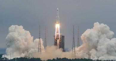 Nave chinesa com três astronautas se acopla à nova estação espacial