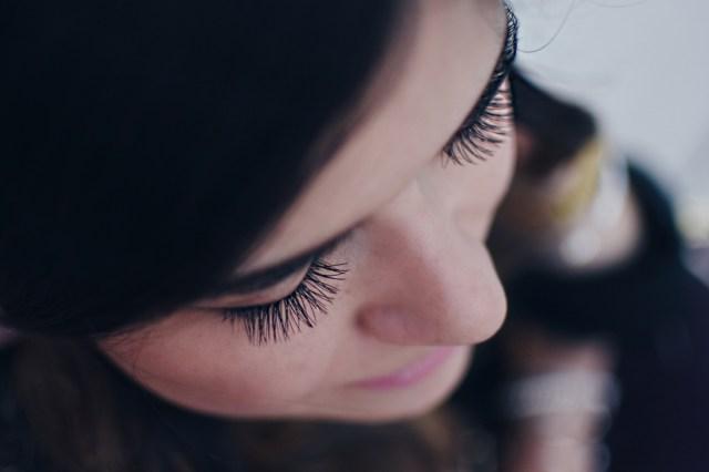 Carolina Hellal of Chic Talk wearing eye lash extension via Glosshouz
