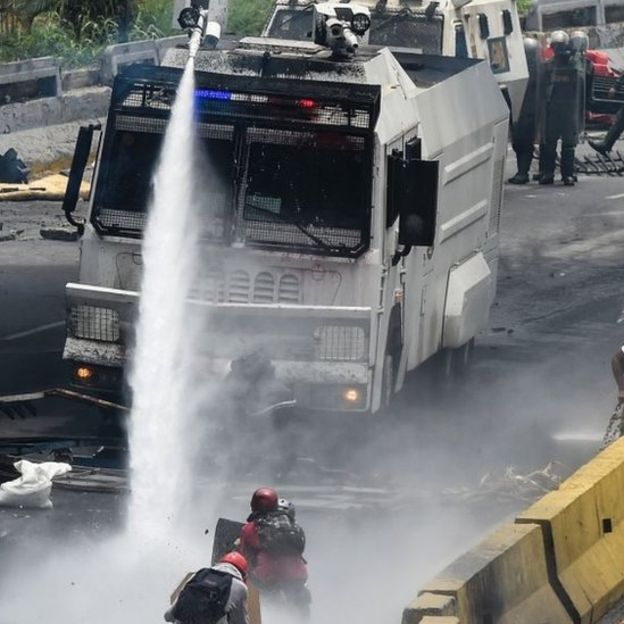 Venezuela crisis: One confirmed dead as protesters clash with police