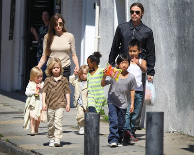 Brad-Pitt-and-Angelina-Jolie-walking-with-their-six-kids-in-New-Orleans-USA