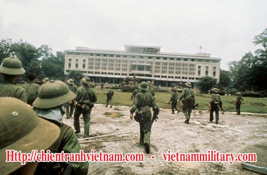 Quân Giải Phóng tiến vào Dinh Độc Lập ngày 30 tháng 4 năm 1975, kết thúc cuộc chiến ở Việt Nam và đánh dấu sự sụp đổ của Sài Gòn - PAVN soldiers enter Independence Palace on April 30, 1975, make the end to the Viet Nam war and the fall of Saigon
