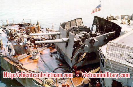 Tháp pháo 127mm của tàu khu trục hạm USS Higbee bị trúng bom máy bay MIG-17 trong trận Đồng Hới năm 1972 trong chiến tranh Việt Nam - Destroyer USS Higbee's aft 5-inch (127 mm) was bombed by MIG-17 in the battle of Dong Hoi in Viet Nam war 1972