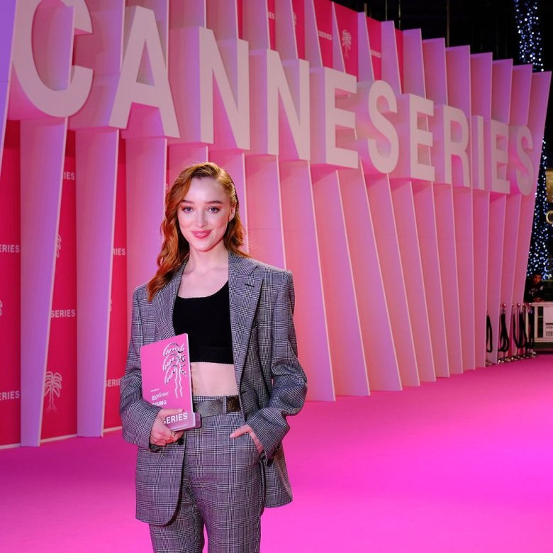 Phoebe Dynevor vince il Rising Star Award  2021 di Canneséries