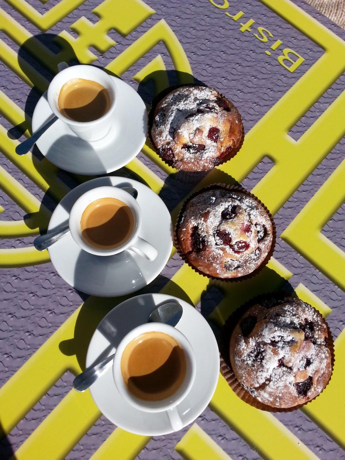 Cafés /muffins, la campagne jamais très loin, un village fleuri, le village, mon taxi, panorama depuis le village, porte rouge.