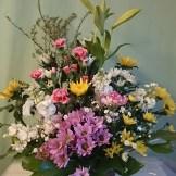 商品番号【AS150300001】参考価格¥3240 和風の花材を中心に制作する スタンダードタイプです。 菊類が中心となる為、長く飾って頂けます。 ご葬儀や法事に利用できます。