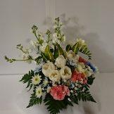 商品番号【1400010】参考価格¥4320 洋風の花材を中心スプレー菊etc...で制作する お供えのアレンジメントです。当店オリジナルの青い花も投入です。 置き場所に困らないコンパクトに作成!!贈った方にも気を使わせない感じでお作りします【写真は一例です。その時の入荷した鮮度の良い花でお作り致します。】花の種類などが多少異なる場合がございますが、あらかじめご了承ください。