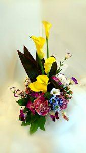 商品番号【1400010】参考価格¥3780 洋風の花材を中心スプレー菊etc...で制作する お供えのアレンジメントです。  置き場所に困らないコンパクトに作成!!贈った方にも気を使わせない感じでお作りします【写真は一例です。その時の入荷した鮮度の良い花でお作り致します。】花の種類などが多少異なる場合がございますが、あらかじめご了承ください。