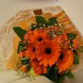 商品No.230007/花束 参考価格:3240円 ブーケ風の花束でーす‼ オレンジ系でまとめてみました。 送別・誕生日・その他お祝いに!!