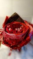 薔薇のみの花束です。 ご希望の本数をお伝えください。 本数が多い場合は、予約頂くことをお勧めします