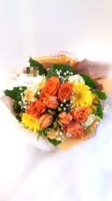 商品番号【230027】参考価格¥3240ブーケ風花束の紹介です(^з^)-☆ 送別会等の送別の花束として考えました!! 花束を貰っても記念品やらで持って帰るの大変ですよね(;_;) こちらは、袋に合わせて作った花束です!可愛らしくて、持ち運び便利... 三角の袋もツボです!!是非、ご利用下さいね