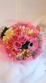 商品番号【230025】参考価格¥3240 ブーケ風花束の紹介です(^з^)-☆ 送別会等の送別の花束として考えました!! 花束を貰っても記念品やらで持って帰るの大変ですよね(;_;) こちらは、袋に合わせて作った花束です!可愛らしくて、持ち運び便利... 三角の袋もツボです!!是非、ご利用下さいね